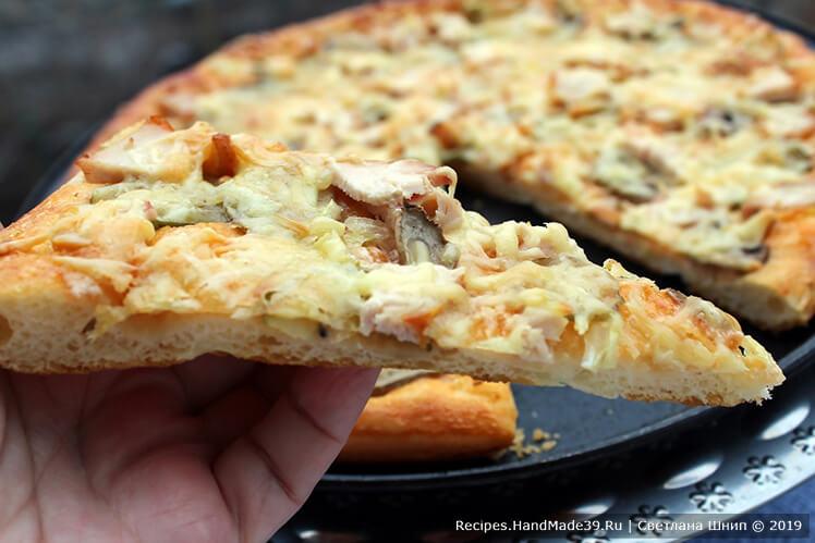 Пицца с курицей: кетчуп, майонез, лук, солёный огурчик, грибы, копчёное куриное филе, сыр твёрдый
