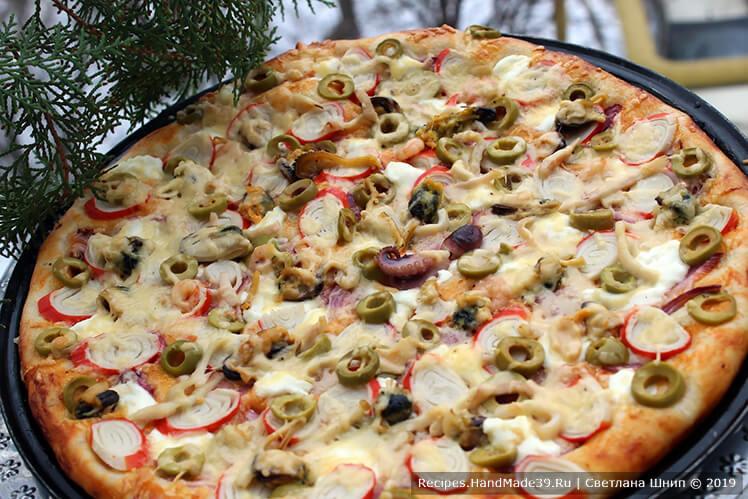 Пицца с морепродуктами: сыр Сиртаки, красный лук, крабовые палочки, оливки, коктейль с морепродуктами, сыр твёрдый