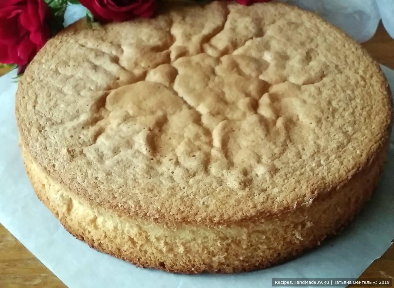 Остывший бисквит вынуть из формы и дать ему отдохнуть около 8 часов, тогда он не будет крошиться и его можно легко разрезать на коржи для торта. Приятного аппетита!