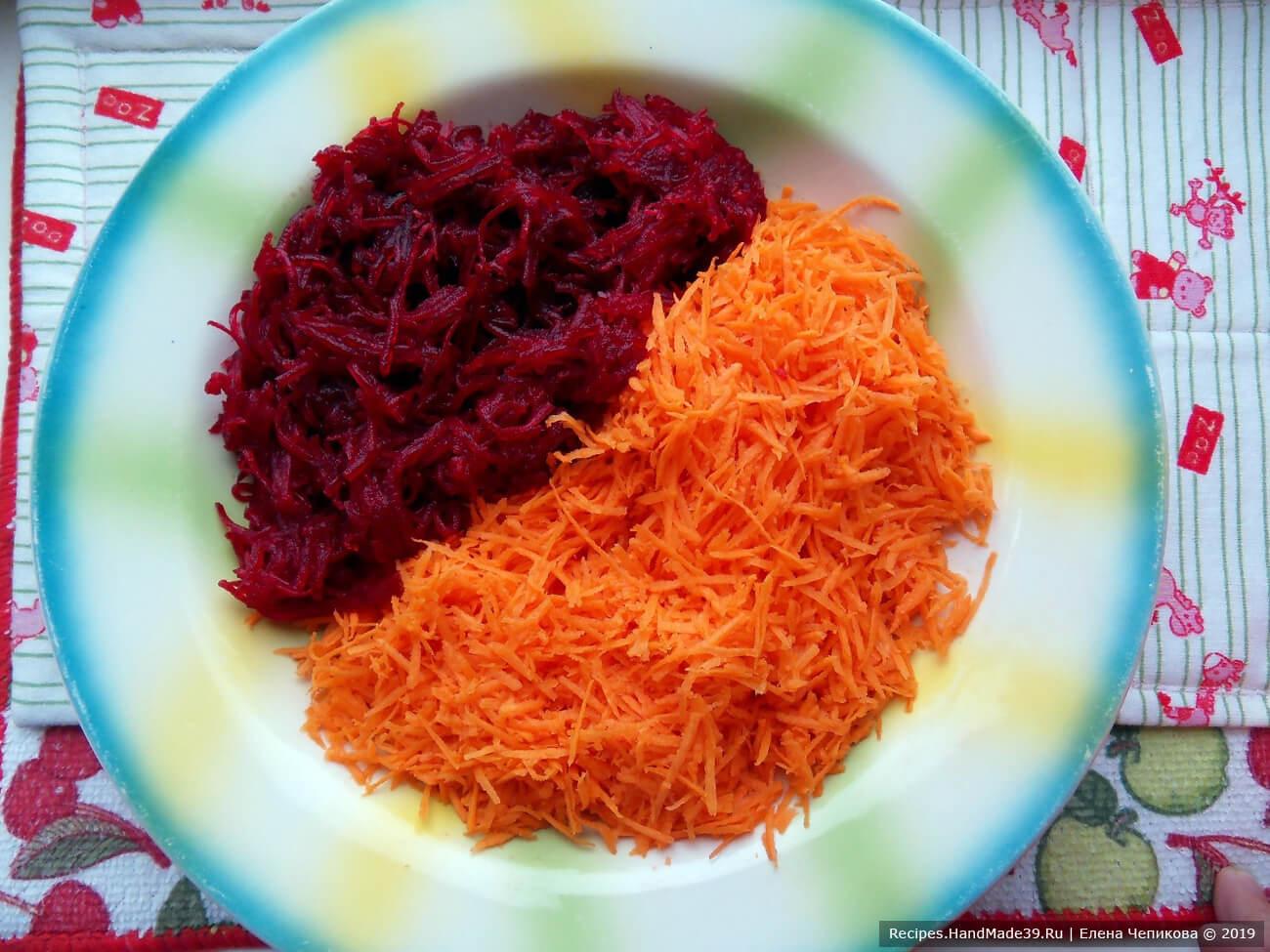 Сырую морковь вымыть, очистить. Натереть сырую морковь и варёную свёклу на мелкой тёрке