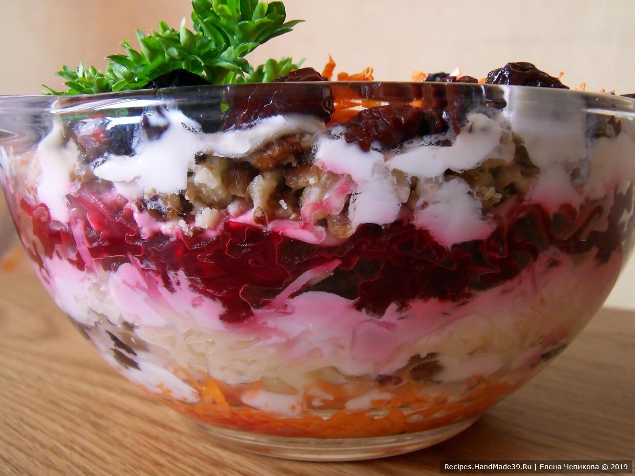 Выложить салат слоями, каждый слой смазывая сметаной: морковь – изюм – сыр с чесноком – свёкла – грецкие орехи