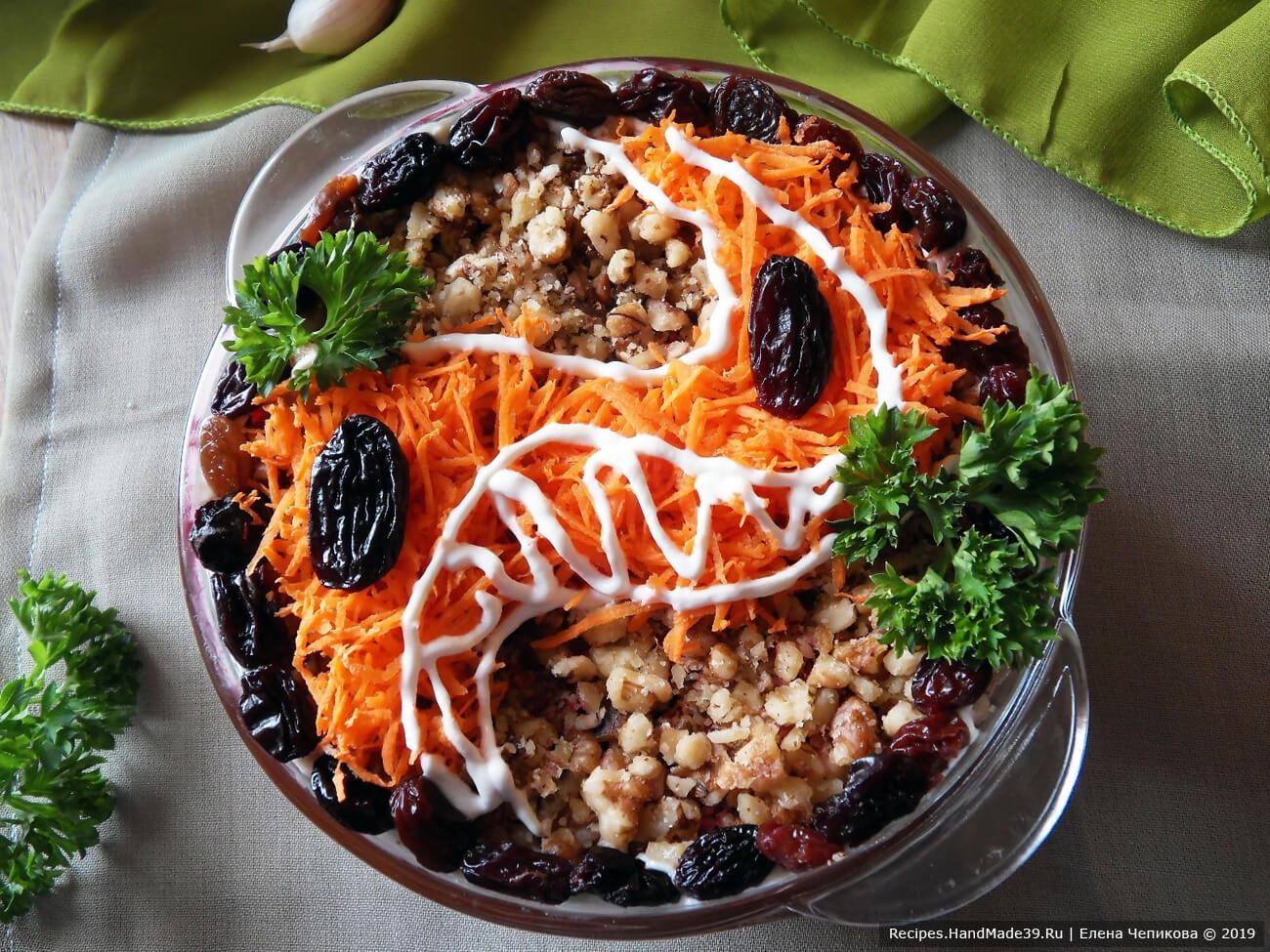 Оформите салат по своему усмотрению. Приятного аппетита!