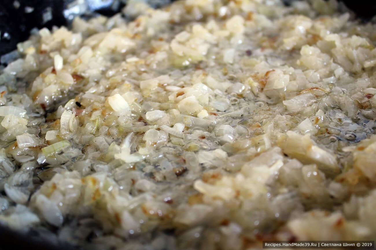 Швабский луковый пирог – фото шаг 7. Репчатый лук нашинковать, потушить до прозрачности на сливочном масле. Добавить щепотку тмина, соль, перец молотый