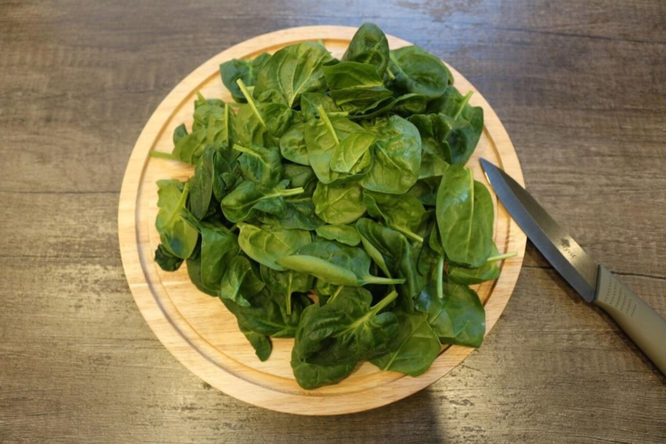 Шпинат вымыть, обрезать корни и бланшировать в овощном бульоне