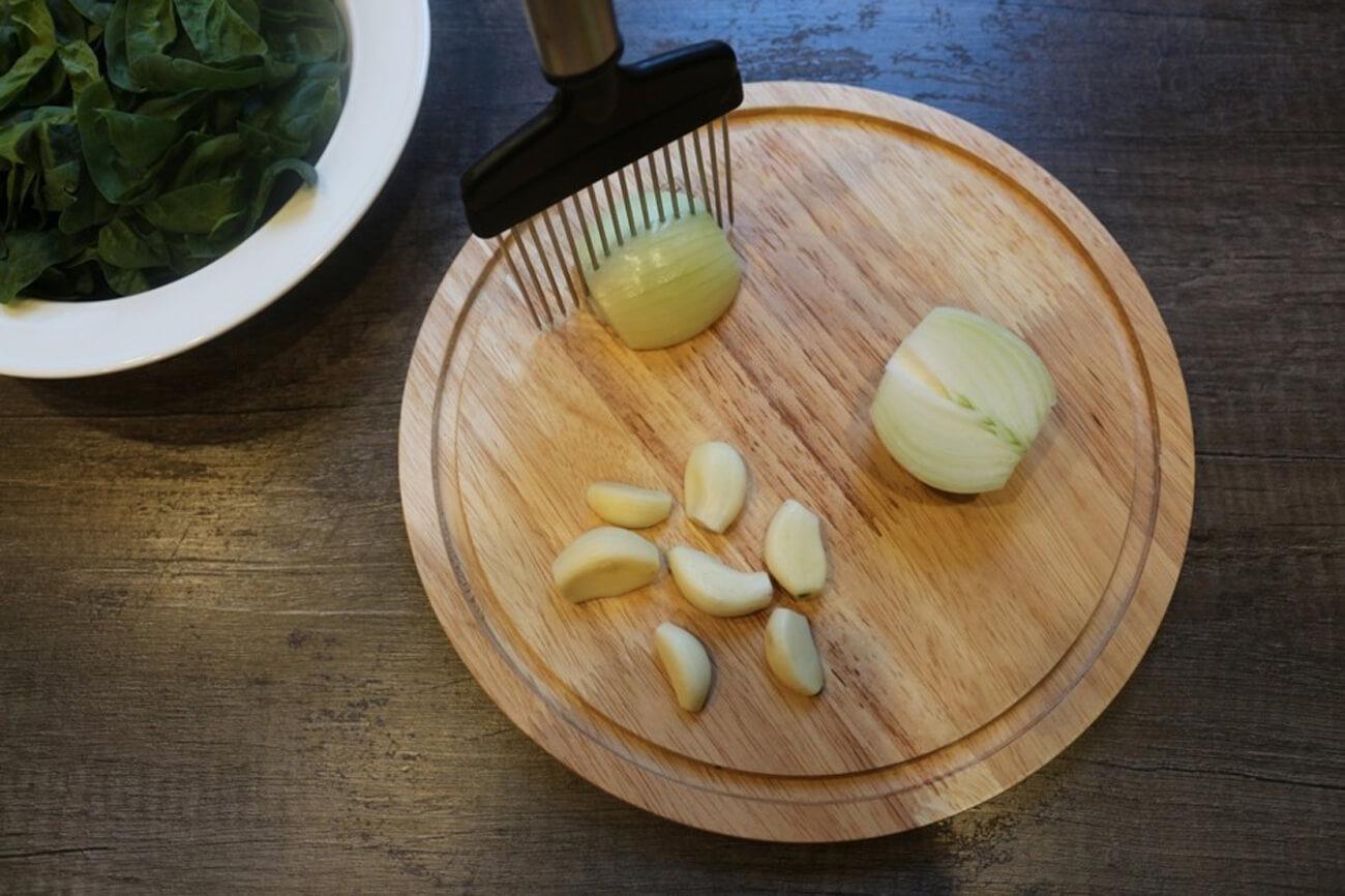 Лук нарезать мелким кубиком, чеснок – слайсами, после чего обжарить на растительном масле