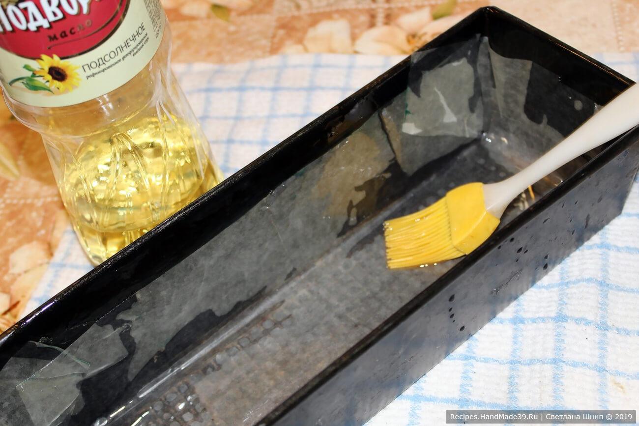 Форму для выпечки хлеба «Кирпич» смазать или выстелить пергаментом