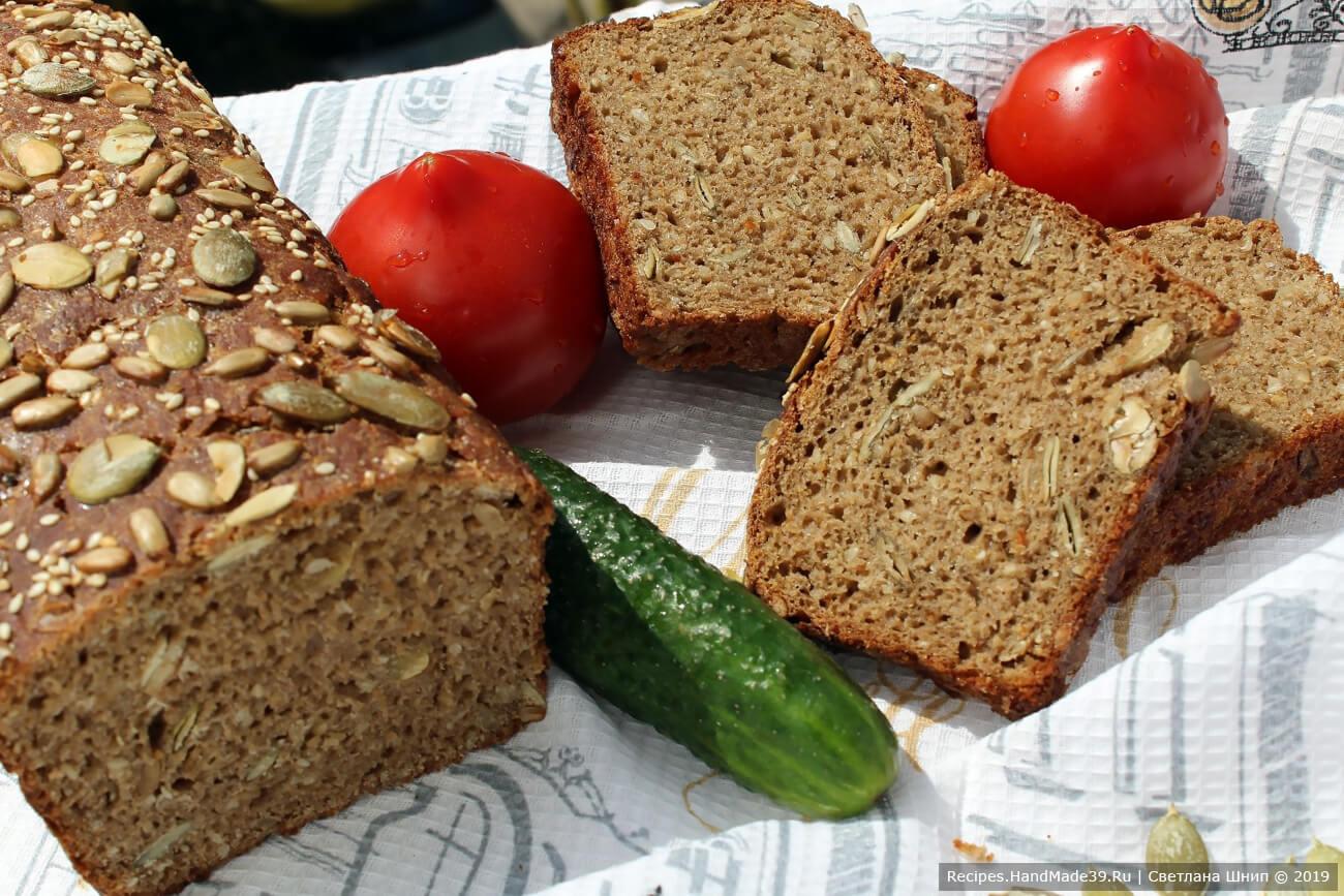 Включить духовку на 200 °C и сразу поставить форму с хлебом. Выпекать 60–70 минут. Приятного аппетита!