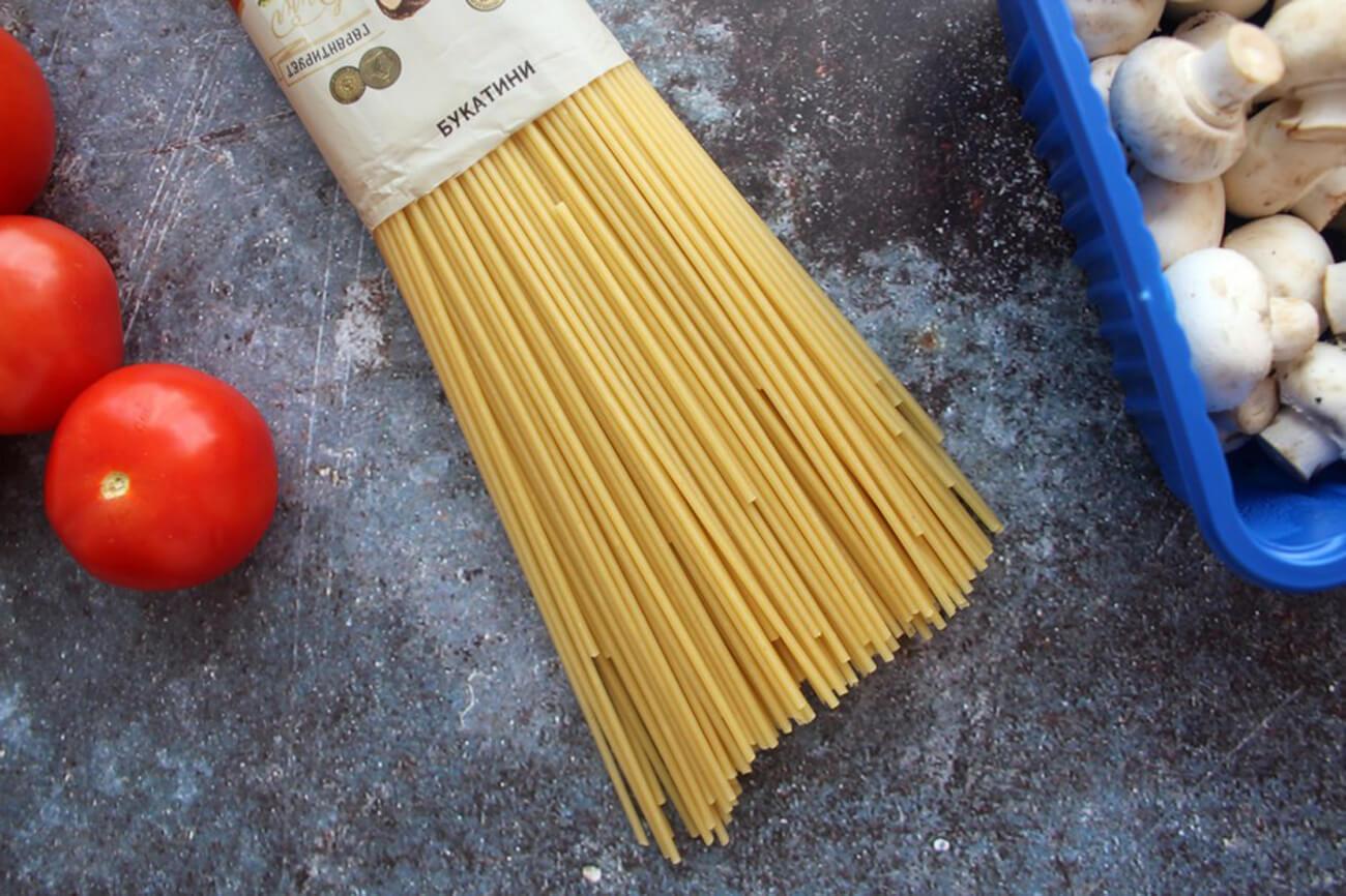 Отварить макаронные изделия в чуть подсоленной воде, затем слить воду, промыть макароны и выложить их на чистое полотенце, чтобы букатини подсохли и обрели липкость