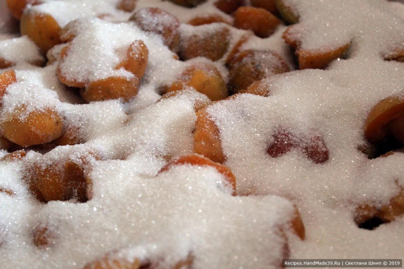 Подготовленные половинки абрикосов пересыпать сахаром