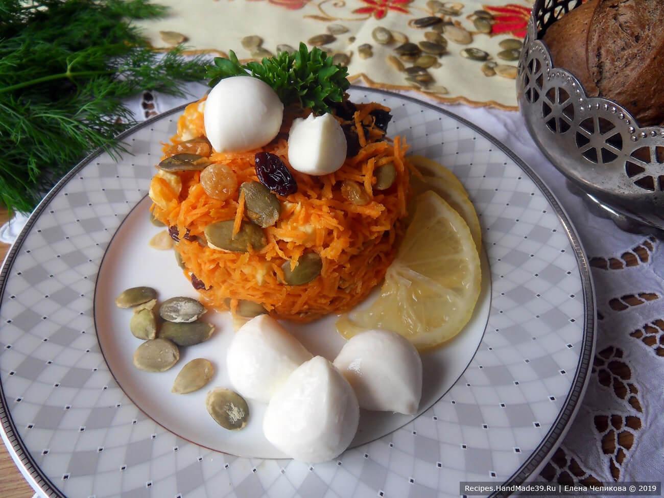 Морковный салат с изюмом, тыквенными семечками и моцареллой готов, приятного аппетита!