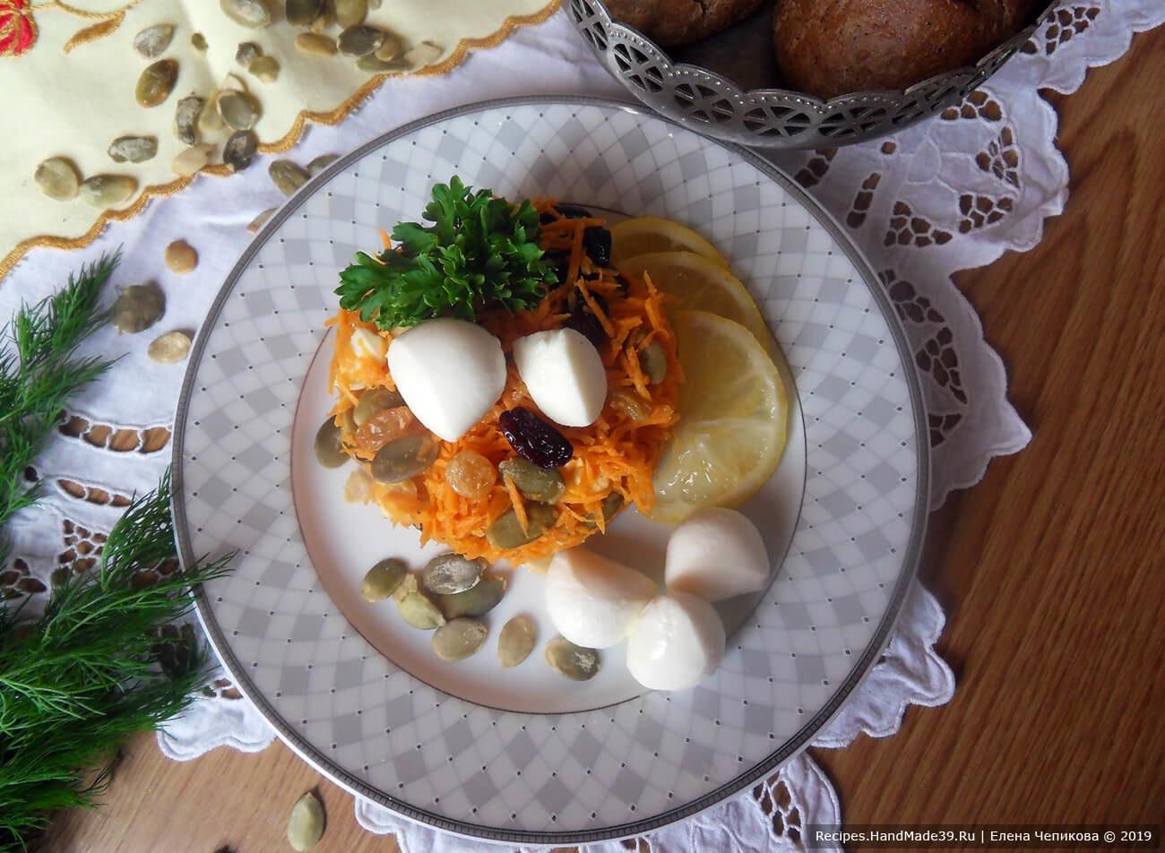 Морковный салат с изюмом, тыквенными семечками и моцареллой