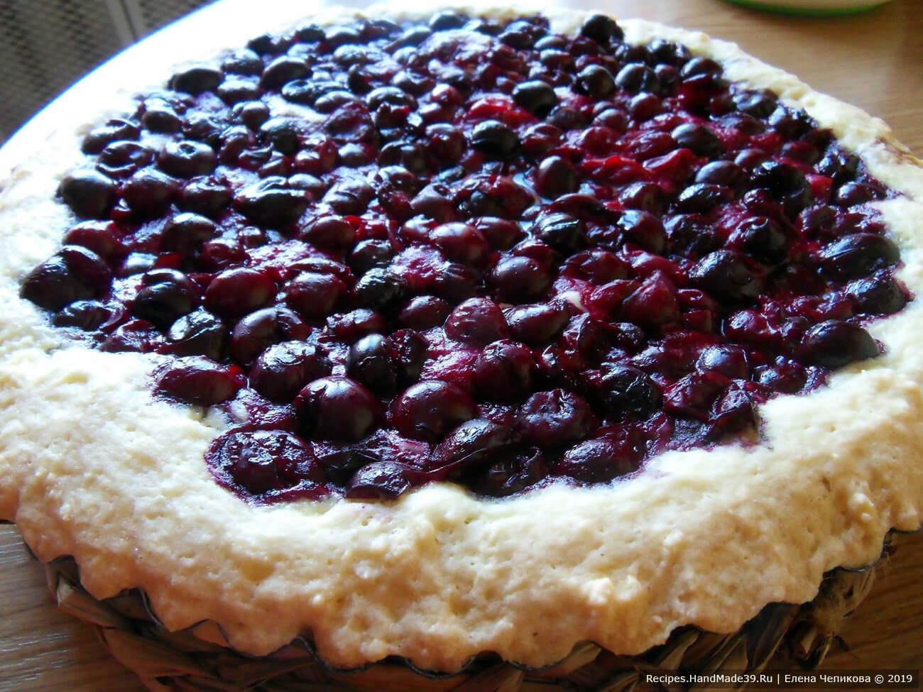 Выпекать пирог 30 минут в духовке, разогретой до температуры 180 °C