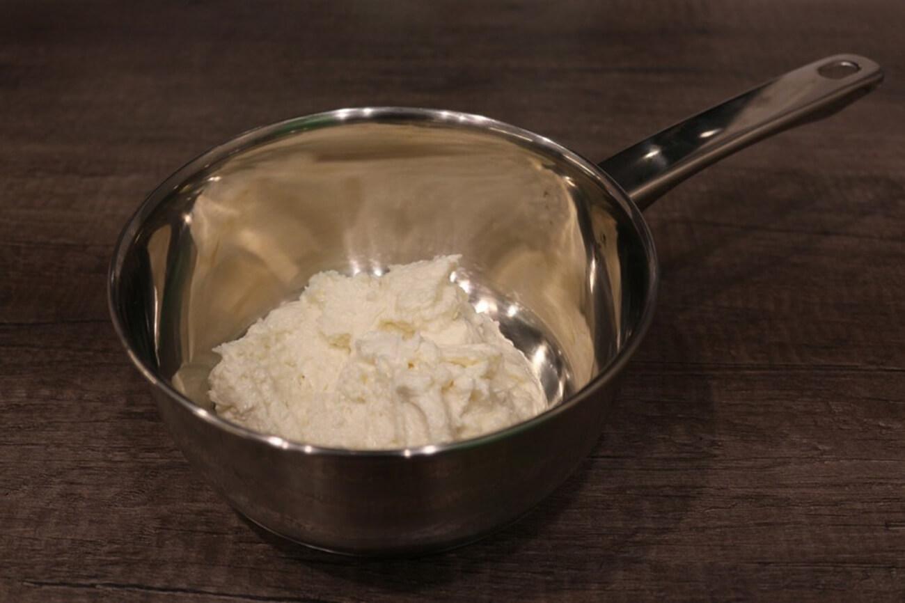 Переложить получившуюся смесь в небольшую кастрюльку или ковшик