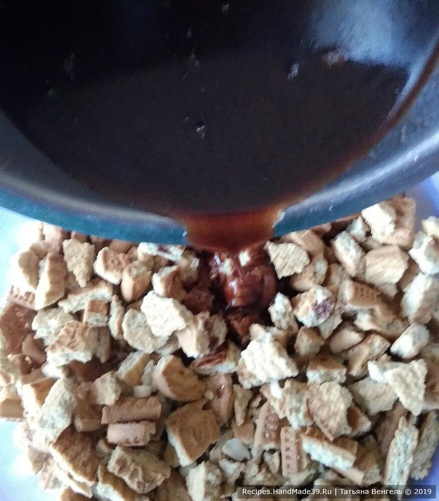 Залить печенье помадкой, хорошо перемешивая массу ложкой