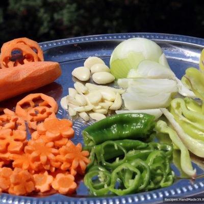 Для маринования огурцов подготовьте ингредиенты