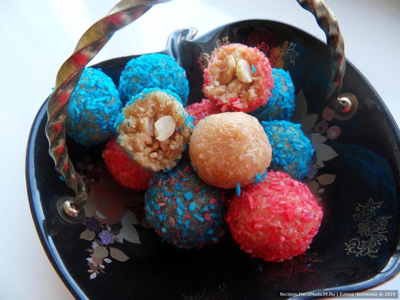 До подачи держать домашние конфеты «Rafaello» в холодильнике, приятного аппетита!