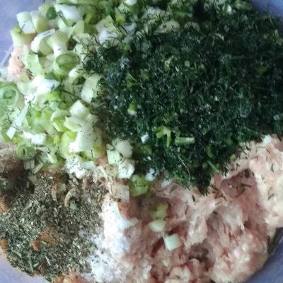 В куриный фарш добавить нарезанные лук, укроп, специи, посолить, поперчить, добавить кабачок