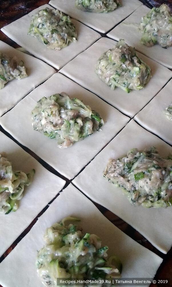 Приготовление открытых пельменей: тесто раскатать в пласт толщиной 2 мм, разрезать на 12 частей, на каждую часть уложить по 1 ст. л. начинки