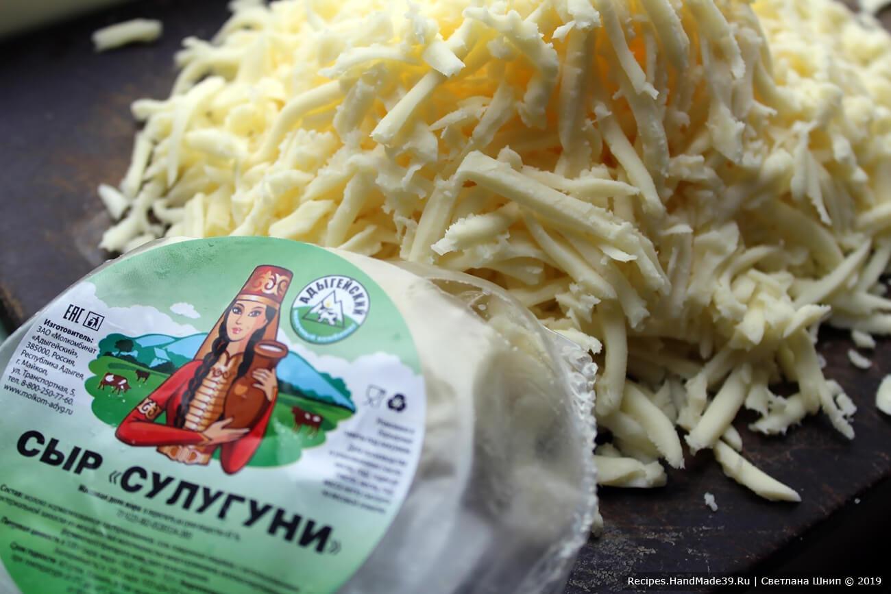Сыр натереть на крупной тёрке