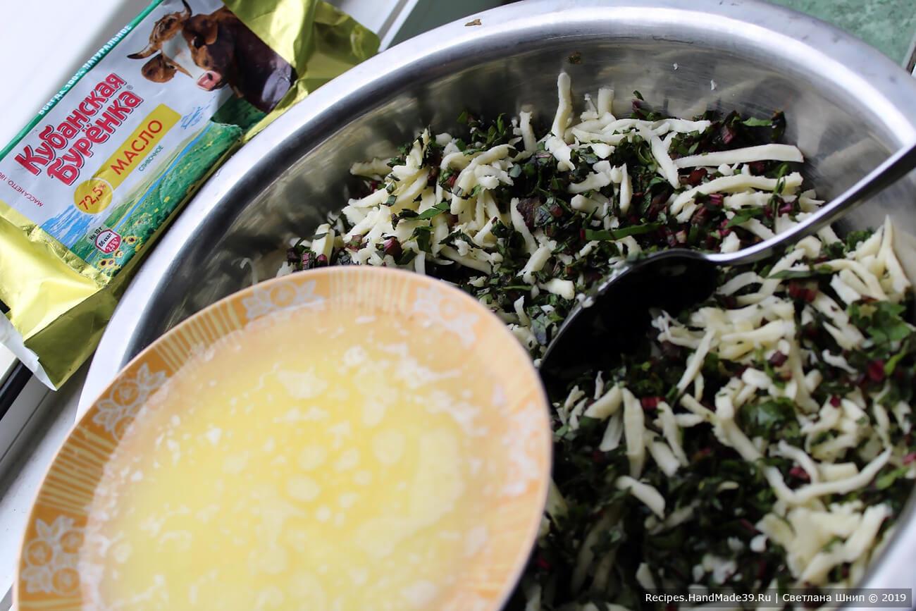 Сливочное масло растопить, добавить к зелени