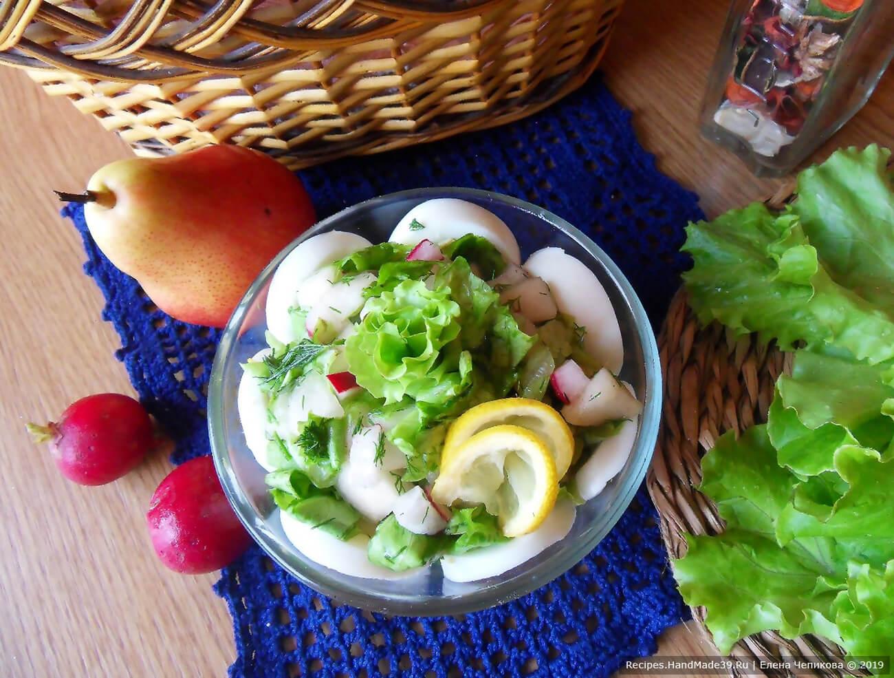 Соединить все компоненты салата. Залить заправкой. Выложить в салатник. Приятного аппетита!