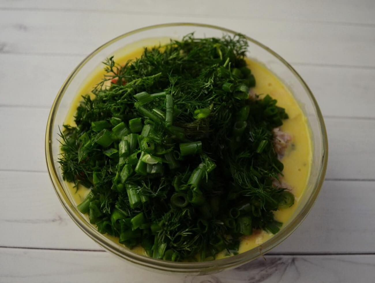 Всыпать в тесто порезанную зелень