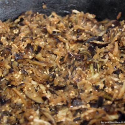 Разогреть сковороду с растительным маслом и жарить баклажаны 5-7 минут до мягкости, периодически помешивая