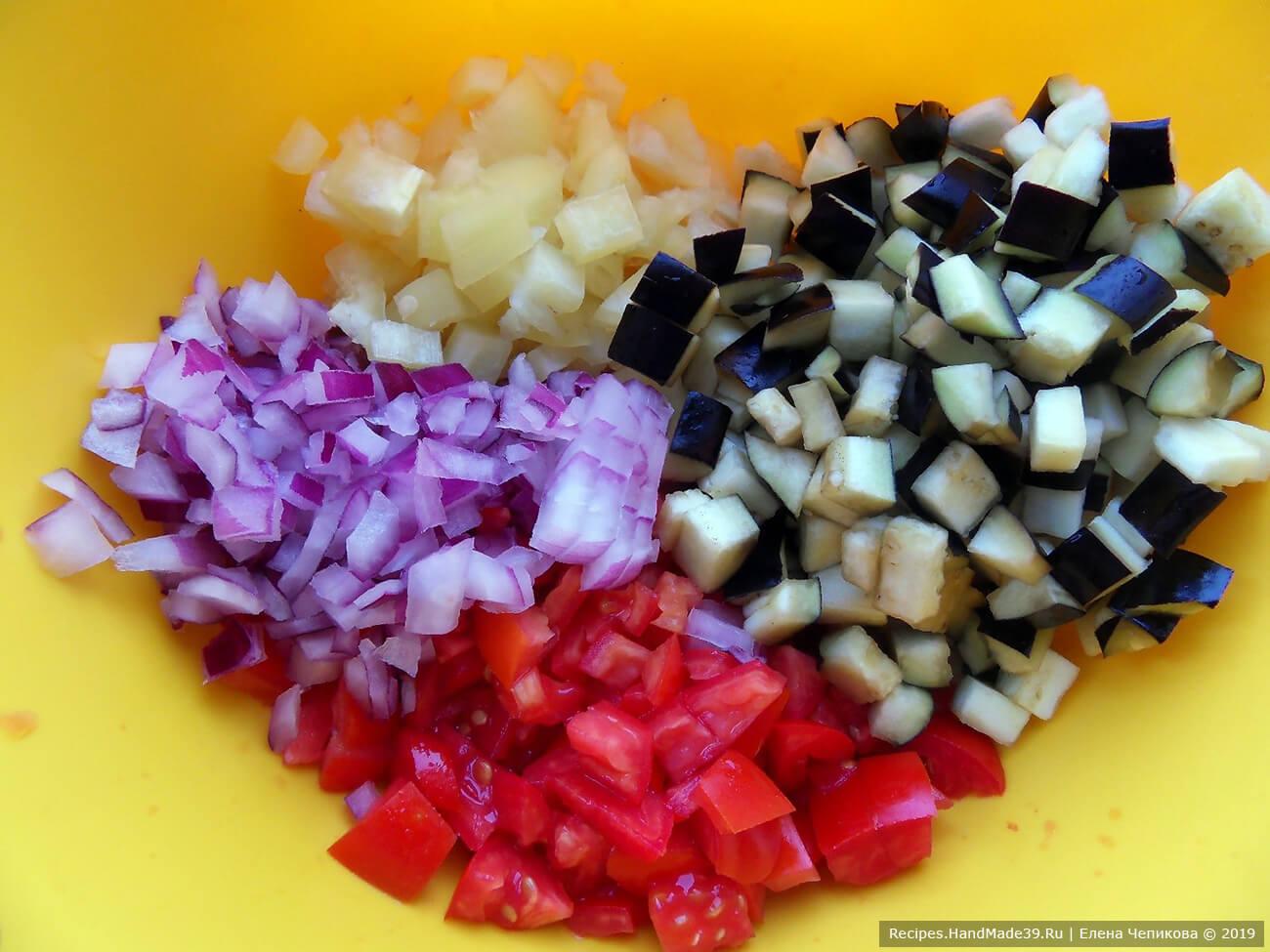 Все овощи нарезать кубиками. Можно по желанию добавить свежую зелень. Соединить и перемешать