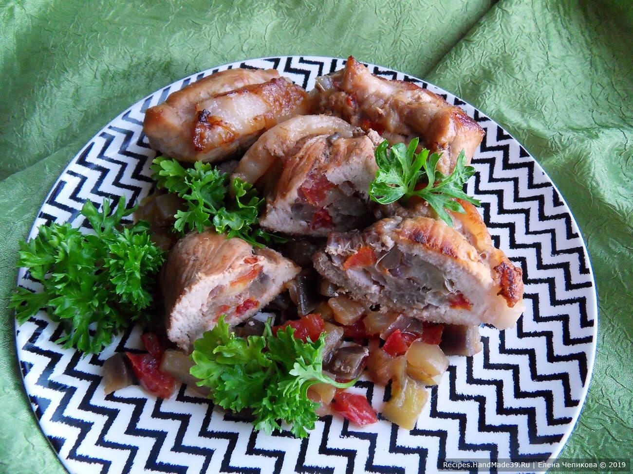 Перед подачей «кармашки» из свинины освободить от ниток, подавать вместе с овощной подушкой. Приятного аппетита!