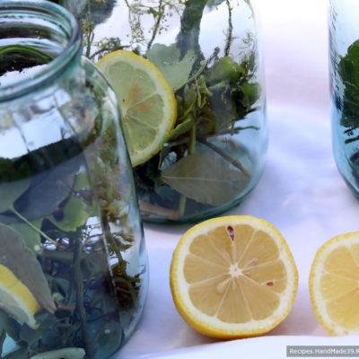 Огурцы и лимонный кружок уложить в банку