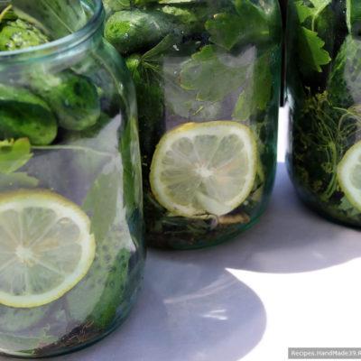 Огурцы с лимоном залить кипятком и оставить постоять на 20 минут