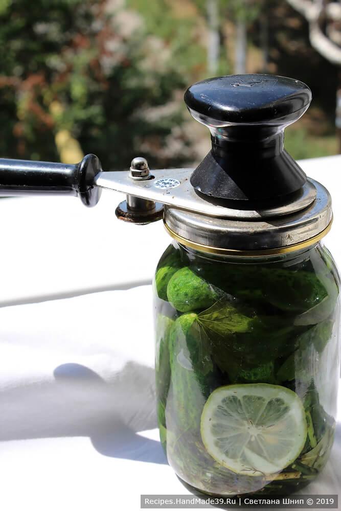 Залить кипящим маринадом огурцы и закатать стерилизованной крышкой, перевернуть, укутать до полного остывания