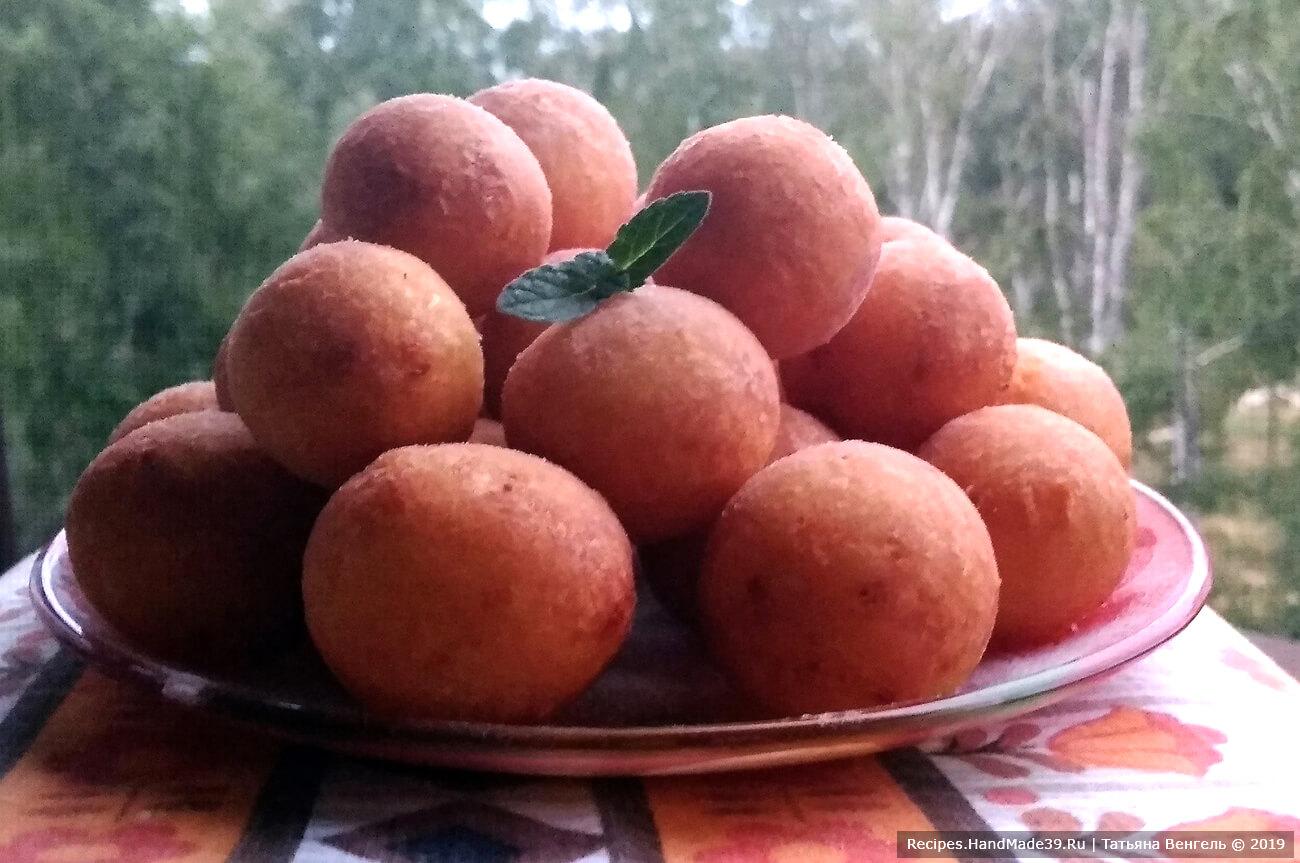 Готовые пончики посыпать сахарной пудрой, приятного аппетита!