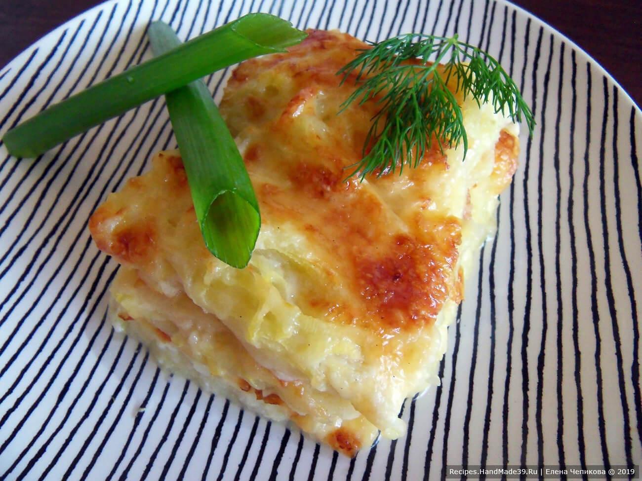 Запечённый кабачок с сыром и белым соусом вкусен как в горячем, так и в холодном виде