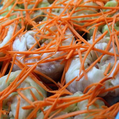 Выложить «улитки» на слой моркови, сверху засыпать оставшуюся морковь