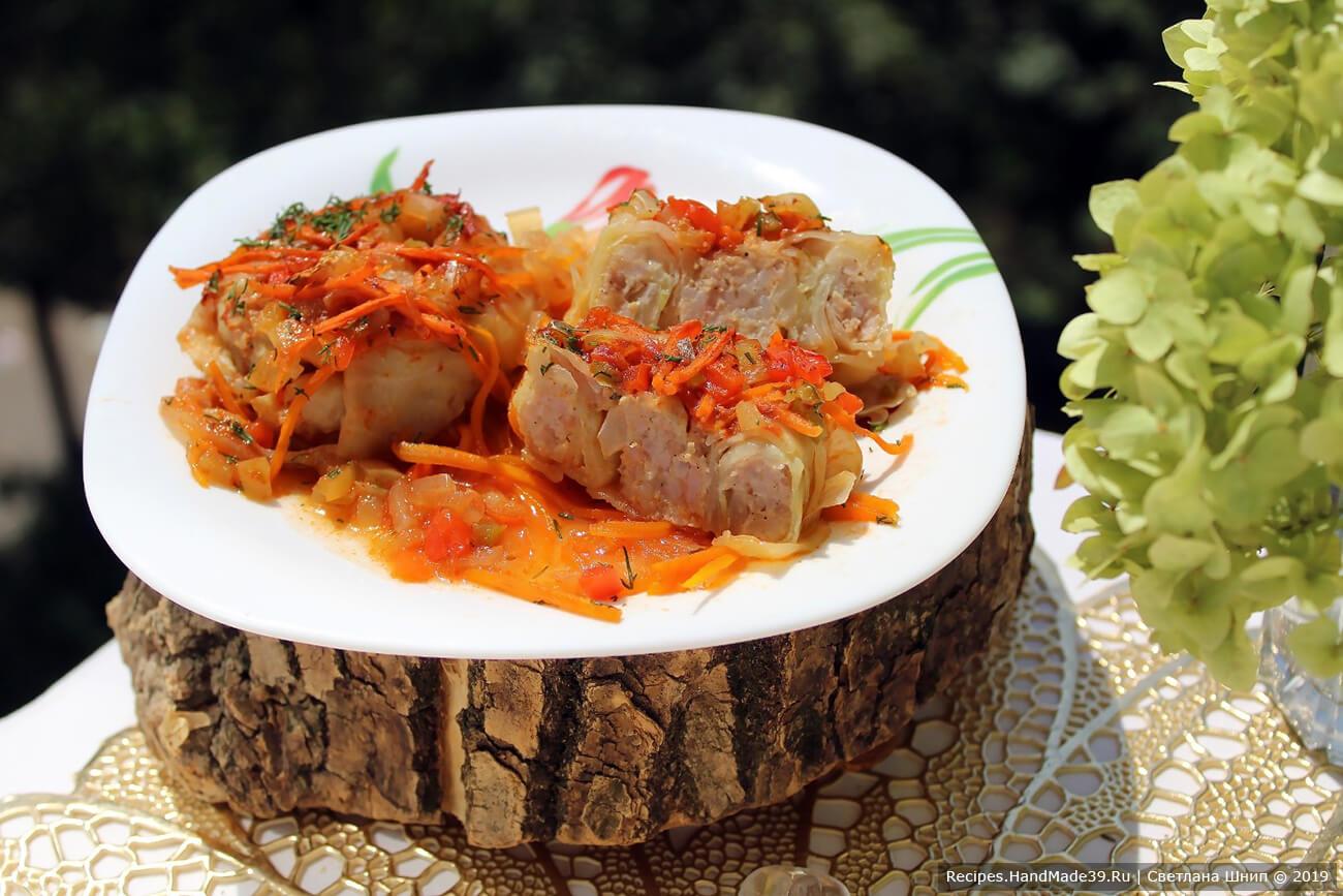 Подавать голубцы со сметаной или любимым соусом. Посыпать свежей зеленью. Приятного аппетита!