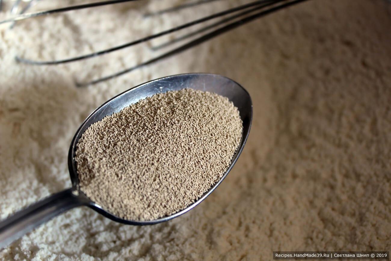 Приготовление теста: просеять в ёмкость муку, засыпать соль, сахар, сухие дрожжи. Перемешать
