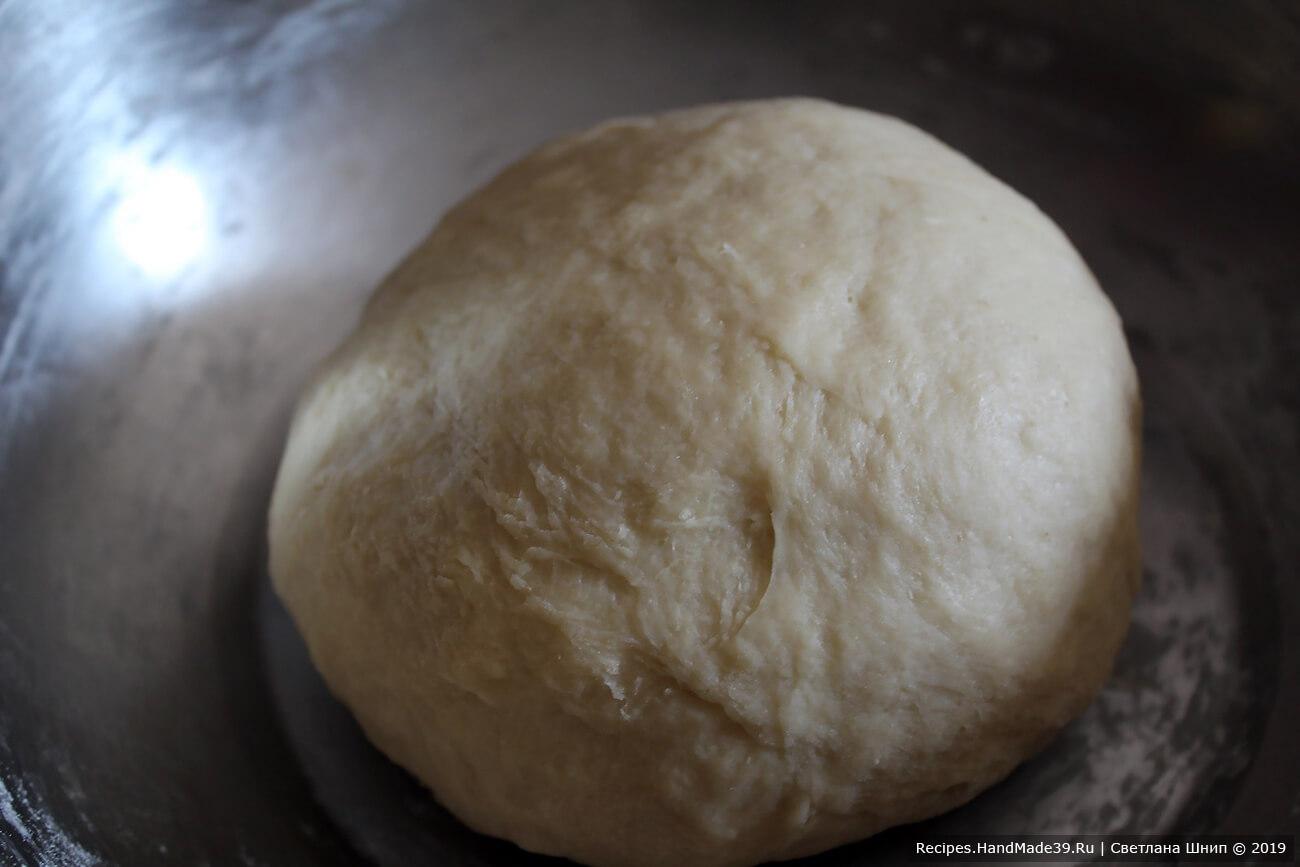 Собрать тесто в шар, накрыть ёмкость чистым сухим полотенцем, оставить в тёплом месте на расстойку на 1 час