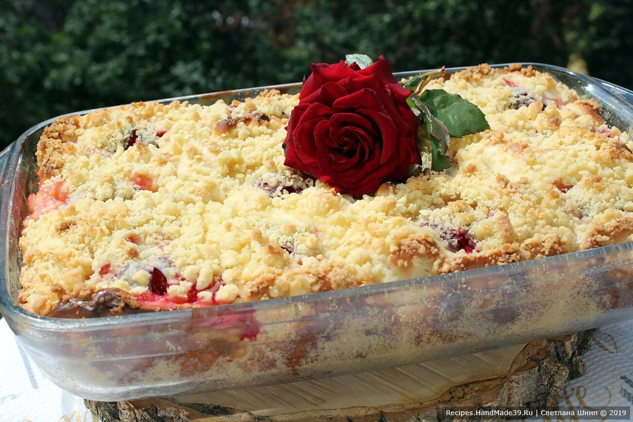 Баварский пирог выпекать в духовке около 45 минут. Сверху он должен покрыться золотистой корочкой