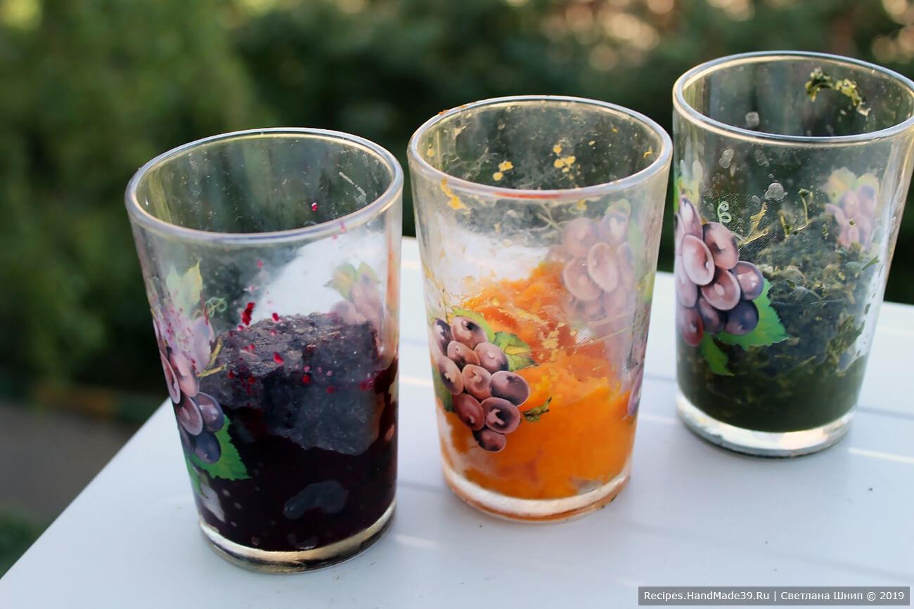 Подготовка ингредиентов: измельчить отварные морковь, свёклу и шпинат по отдельности блендером