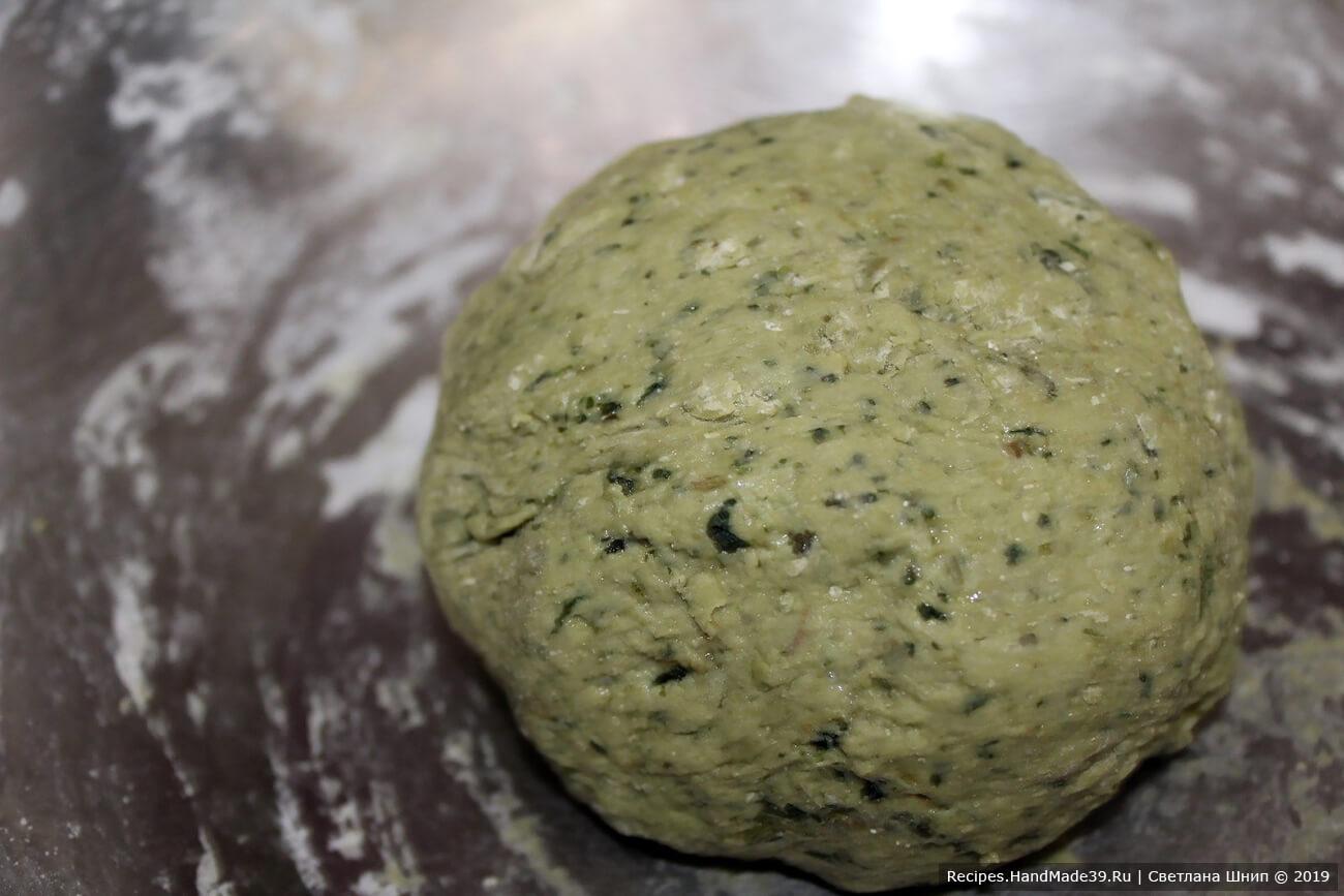 Скатайте тесто в шар, положите в миску, слегка смазанную маслом. Накройте пищевой плёнкой. Оставьте тесто подходить на 1 – 1,5 часа
