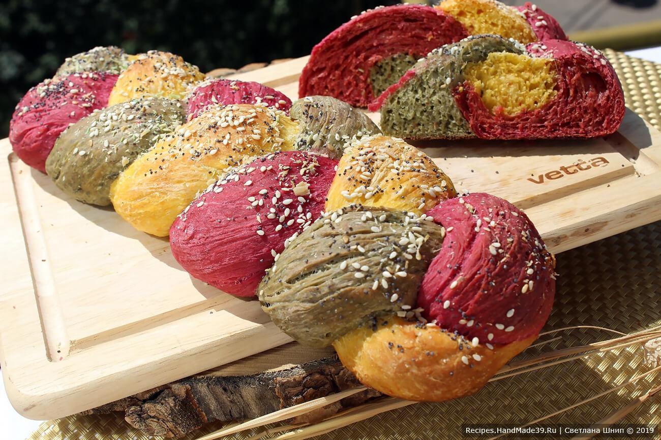 Выпекать трёхцветный хлеб следует 20 – 25 минут в духовке, разогретой до температуры 180 °C. Приятного аппетита!