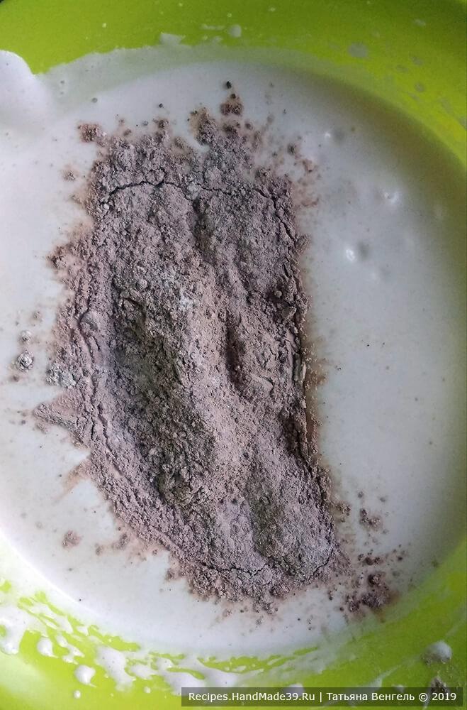 Отдельно смешать муку и какао. В два приема ввести муку в яичную смесь, аккуратно перемешивая тесто снизу вверх