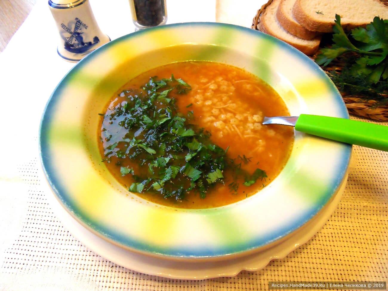 За 2-3 минуты до готовности добавить перец, соевый соус. Томатный голландский суп подавать с зеленью