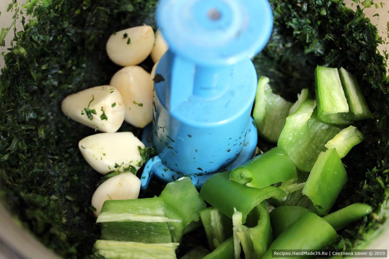 Измельчить зелень, чеснок и перец в блендере