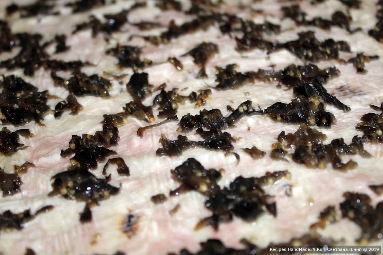 Распределить подготовленные баклажаны по лавашу
