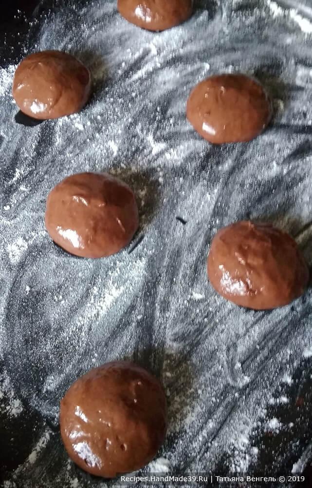 Смазать руки растительным маслом и формировать печенье, делая шарики примерно с грецкий орех. Выложить шарики на противень, присыпанный мукой, на расстоянии друг о друга