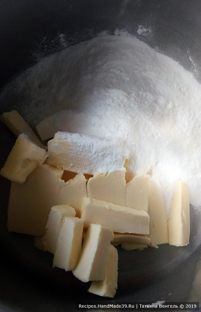 Приготовление крема: взбить сливочное масло с сахарной пудрой до пышности миксером 3-4 минуты