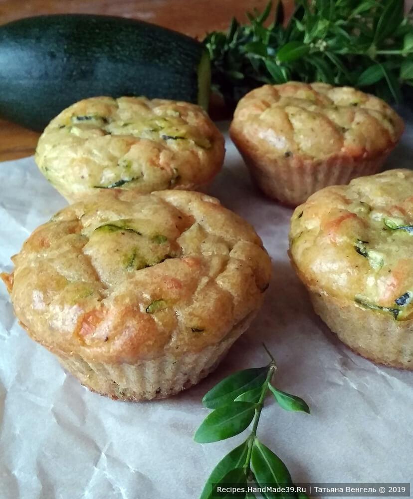 Кабачково-сырные маффины выпекать 25-30 минут в духовке, разогретой до температуры 180 °C. Приятного аппетита!