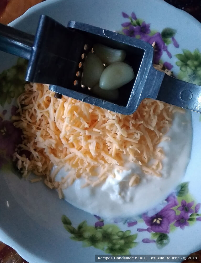 Приготовление начинки: соединить сыр, чеснок, сметану